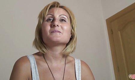 Chica rusa hábilmente quitar veteranos follando a su novio para jugar al billar y él la cogió en el culo justo en el escritorio lamiendo coño
