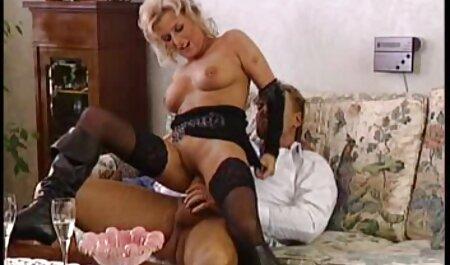 Travieso negro mujer diligentemente cosquillas veteranas buenas follando la rubia atado en la cama