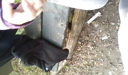 Chica flaca desnuda masturbándose una polla veteranas culiando con sus pies antes de saltar encima con su L.