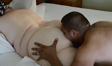 Una chica de pelo castaño tiene un tatuaje en su ropa interior y buen par de grandes tetas, tetas veteranas pornos grandes, hardcore, casi cumplir con su hombre de rodillas y ella anhela es polla de él y lo puso entre dos tetas y luego ella quiere ponerlo en su coño mojado