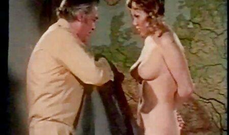 Dos estudiantes vestidos con faldas a cuadros sexo casero con veteranas de mierda en el escritorio, profesor,