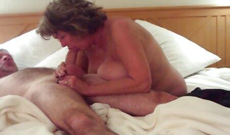 Lesbianas leche. Es grande lamiendo L. de videos pornos veteranas una joven puta en el sofá