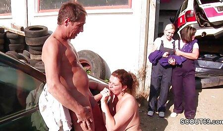 El hombre dejó de satisfacer y follar a una mujer sexy, luego llamó a su hermano para visitarlo, y cuando llegó a casa, veteranos cojiendo vio a su hermana en el baño y ella estaba desnuda para salir, arrodillada frente a él y polla. llevarla al orgasmo