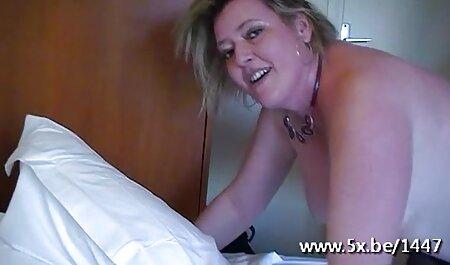 Una chica de cabello castaño con pechos naturales cambiando lencería sexy en el baño y esperando a su novio, que está vestido con vestidos oscuros y la golpea en el pornos caseras maduras sofá la piel para respirar poder en la vagina con el negro, la alaba