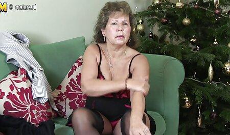 La mamá lujuriosa muestra gafas de tetas videos de sexo de veteranas y un coño limpio, luego lo atrapó lamiéndola y dándole una mamada, luego rápidamente terminó