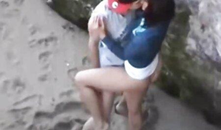 Mujer japonesa vestida con ver videos de porno de veteranas hermosos vestidos sexy, sacudidas, tirando de un sinvergüenza en espuma suave
