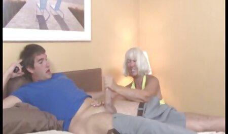 Cornudo marido mira a su madura esposa infiel con un hombre negro bailando con un coño en una enorme polla cabalgando videos gratis de veteranas delante de él