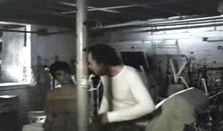Los estudiantes jóvenes organizan una cinta de visualización subida de tono frente a una cámara en la videos porno de veteranos biblioteca