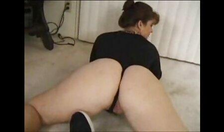 Una mujer madura con saggy leche masturbándose su coño mojado en el veteranas fornicando baño en la cámara