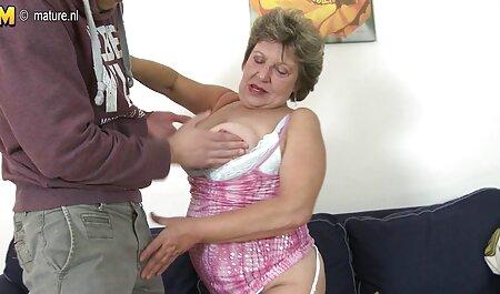 La hermosa chica en la dressing habitación de la lencería shop masturbación jugoso coño con vibrador pov veteranas fornicando