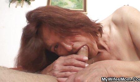Los estudiantes británicos ver videos porno de veteranas deliciosos y de piernas largas manejan una gran polla con sus labios y L.